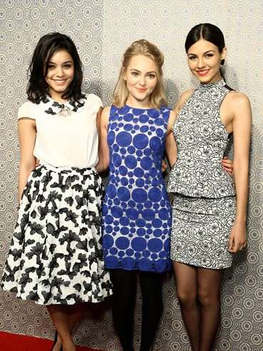 annasophia-robb-vanessa-hudgens-and-victoria-justice-arrive-at-the-alice-olivia-show