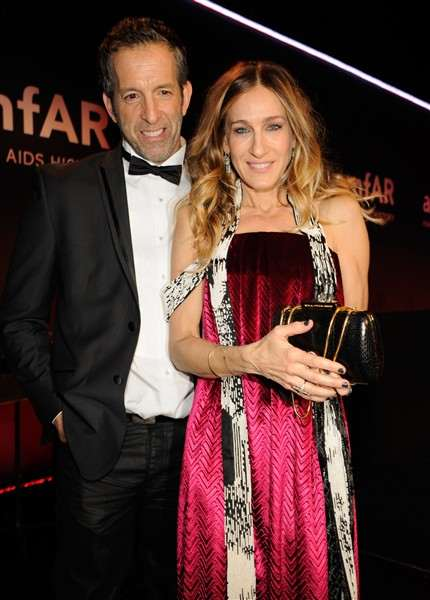 kenneth-cole-and-sarah-jessica-parker-pose-on-stage-at-the-amfar-new-york-gala