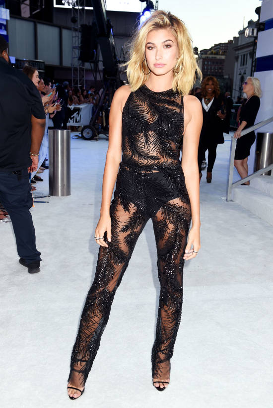 hailey-baldwin-red-carpet-vma