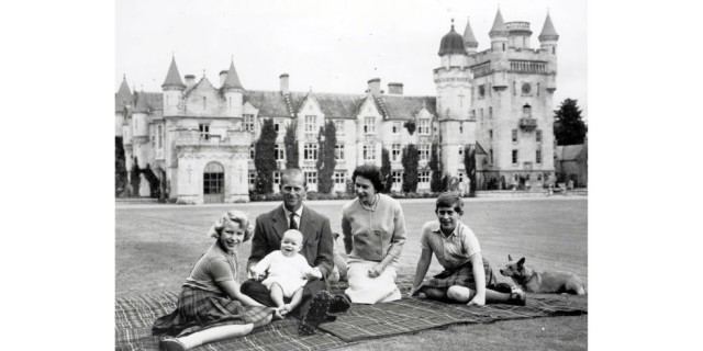 hbz-royal-family-1960-prince-charles-andrew-prince-philip-queen-elizabeth-1960